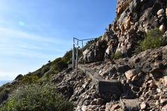 Underbart landskap på den fotvandra slingan på den Robberg naturreserven i den Plettenberg fjärden, Sydafrika royaltyfria bilder