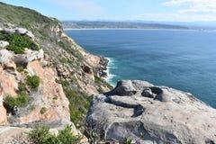 Underbart landskap på den fotvandra slingan på den Robberg naturreserven i den Plettenberg fjärden, Sydafrika Arkivfoto