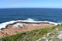 Underbart landskap på den fotvandra slingan på den Robberg naturreserven i den Plettenberg fjärden, Sydafrika arkivfoton