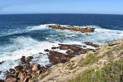 Underbart landskap på den fotvandra slingan på den Robberg naturreserven i den Plettenberg fjärden, Sydafrika Arkivbilder