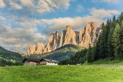 Underbart landskap Santa Magdalena Village i Dolomitesområde Italien arkivbild