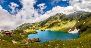 underbart soligt landskap bergsjö med perfekt himmel Europa Rumänien Transfagasan väg, Ridge Fagaras royaltyfri fotografi