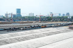 Underconstruction铁路有城市大厦背景, Landsca 免版税图库摄影
