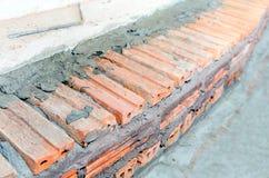 Underconstructiontrap door rood baksteen en cement wordt gemaakt dat. Stock Afbeeldingen
