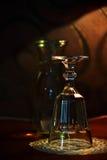 Underexponerat tätt upp av ett exponeringsglas av vatten och en kopp Royaltyfria Bilder