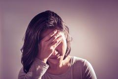 Underexpose migren kobiet ręki chwyt czoło, medycyny wyzdrowienia pojęcie obraz royalty free