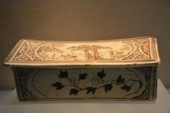Underglaze有一个黑被绘的故事场面的装饰枕头在白色地面1115-1234 免版税库存照片