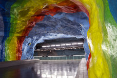 Undergrond地铁车站在有彩虹绘画设计的斯德哥尔摩 免版税库存照片
