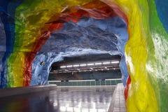 Undergrond tunnelbanastation i Stockholm med regnbågemålningdesign royaltyfri foto
