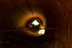 Undergroun-Tunnel mit Licht Stockbilder