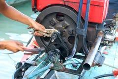 Underhåll det chain kugghjulet och utrustningen för ändrad gammal diesel Arkivfoto