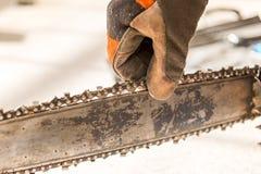Underhåll på en chainsaw royaltyfri foto