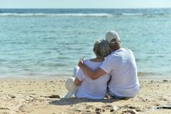 Underhållande åldringpar på en strand Royaltyfri Bild