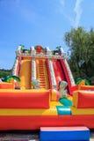 Underhållande uppblåsbar trampolin för barn Bulgarien varna 16 05 2018 Royaltyfria Foton