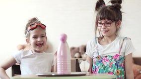 Underhållande vetenskap Barn för ett vetenskapligt experiment hemma lager videofilmer