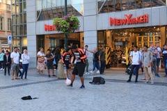Underhållning för turister på stadsfyrkanten i Prague nära lagret royaltyfri fotografi