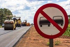 Underhållsarbete och konstruktion av asfalten Arkivfoto