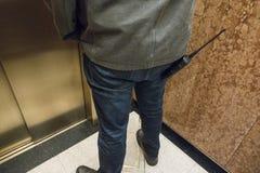 Underhållsman med walky talky i hiss royaltyfri fotografi