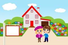 Underhållande glade par på en bakgrund ett nytt hus Royaltyfria Bilder