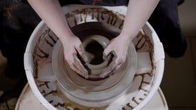 Underifrån av skörden rullar händer av den begåvade hantverkaren som skapar mästerverket på keramiker` s, in seminariet lager videofilmer