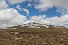 Underifrån kan du se storleken av överkanten av berget Arkivfoto