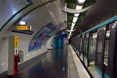Underjordisk del av den Paris tunnelbanan eller Metropolitain royaltyfri foto