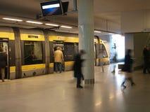 Underjordisk gångtunneldrevstation med att lämna för folk Arkivfoto
