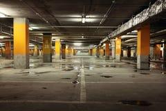 Underjordisk inre för parkeringsgarage, industribyggnad Royaltyfri Foto