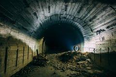 Underjordisk konkret tunnel eller korridor av den övergiven kärn- bunker eller skydd eller källare arkivbilder
