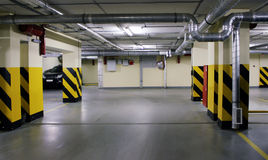 Underjordisk parkering i hus Arkivbild