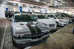 Underjordisk parkering med bilar Arkivfoton