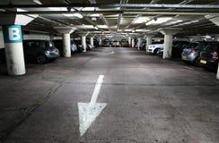 Underjordisk parkeringshus Arkivfoto