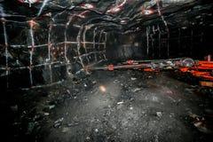 Underjordisk platina som bryter borrandehål royaltyfria foton