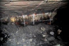 Underjordisk platina som bryter borrandehål royaltyfri fotografi