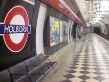 Underjordisk station i staden av London i England i Europa med en passagerare drev och trans. av folk arkivbild