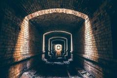Underjordisk tunnel för förstörd tegelsten eller korridor och ljus i slut, abstrakt väg att hoppas eller fly till frihet Arkivbilder
