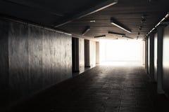 Underjordisk tunnel med det glödande slutet Royaltyfria Foton