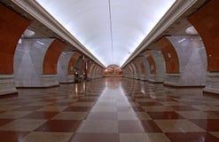 Underjordisk tunnelbanastation för art déco i Moskva royaltyfri foto