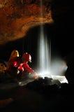 Underjordisk vattenfall i en grotta Arkivbilder