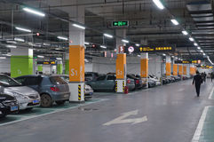 Underjordiskt parkeringsgarage Royaltyfria Foton