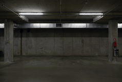 Underjordiskt parkeringsgarage Arkivbild