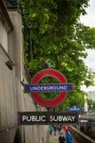 Underjordiskt tecken av det London röret på en vägg fotografering för bildbyråer
