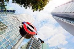 Underjordiskt underteckna in Canary Wharf det finansiella området i London, UK Arkivfoton