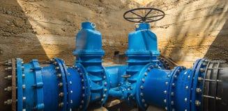 Underjordiskt vattenförsörjningsystem Stora ventiler n Arkivfoton
