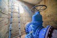 Underjordiskt vattenförsörjningsystem Stora ventiler n Arkivfoto