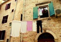 Underkläderuttorkning på de smala gatorna arkivfoto