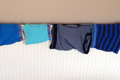 Underkläderuttorkning på ett inhemskt element, når tvätt royaltyfria foton
