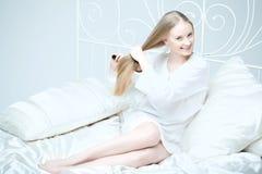 underlag som kammar flickahår henne Royaltyfria Bilder