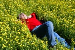 underlaget blommar yellow royaltyfria bilder