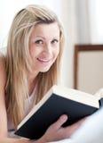 underlaget book henne den jolly liggande avläsningskvinnan Arkivbilder